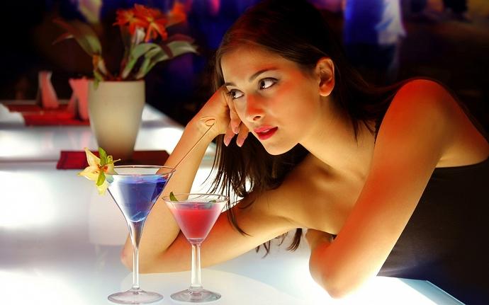 hot-girl-cocktail-bar-1